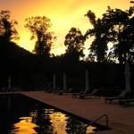 プールに映る夕日、ダタイ最終日の夕暮れ
