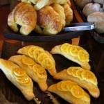 パンの種類も豊富。日替わり。長期滞在にも飽きさせない工夫。 パン好きの妻は、目を輝かせながら毎朝違う種類のパンを選んでいた。