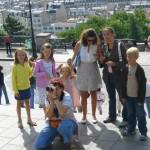お行儀良く記念撮影の観光客を待ち続ける子供たち