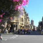 ハンギングフラワーが並ぶオクスフォードの街。落ち着いた街並の佇まいに華やかさを添える。