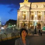 到着したのは20時を過ぎたというのに青い空、オペラ座の夜