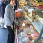 パリは街に専門店がまだまだ残っている。総菜屋、八百屋、肉屋、パン屋、買物の楽しみも、店先をのぞく楽しみもたっぷりとある。