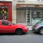 パリの街角は、こんな路上駐車の風景でさえ絵になってしまう